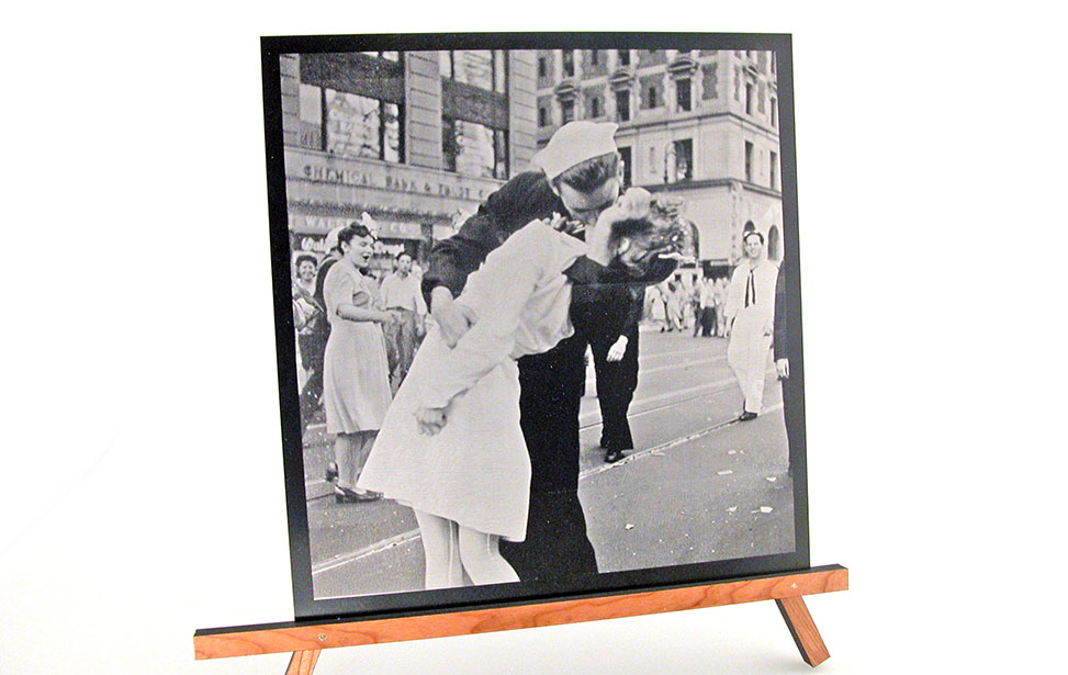 Laser Engraved Photo of a Couple Kissing in the Street